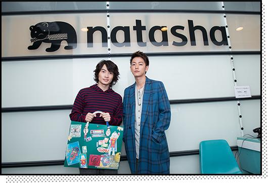 弊社ナターシャのナタリー編集部に到着した神木隆之介(左)と佐藤健(右)。