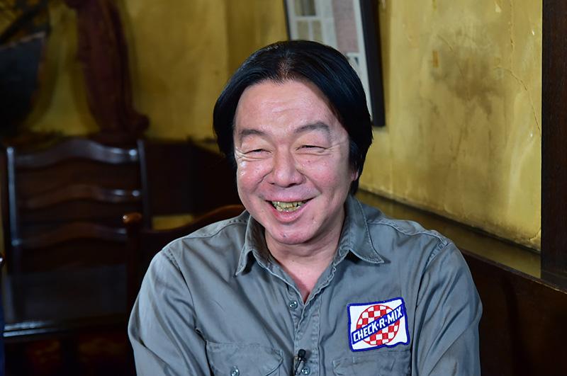 グレーのジャケットを着て笑っている古田新太の画像