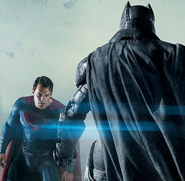 スーパーマン(左)とバットマン(右)。
