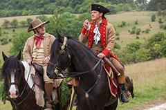 「美女と野獣」より、ジョシュ・ギャッド演じるル・フウ(左)とルーク・エヴァンス演じるガストン(右)。