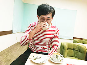 コーヒーと熱湯を用意され、「贖罪です」と言いながら迷わず湯を飲むじろう(撮影:狩野有理)。