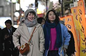 「美人が婚活してみたら」より、臼田あさ美演じるケイコ(左)と黒川芽以演じるタカコ(右)。