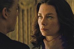 「ブラック・スキャンダル」より、バルジャーがコノリーの妻を脅す場面。