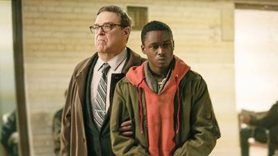 「囚われた国家」より、ジョン・グッドマン演じるマリガン(左)、アシュトン・サンダース演じるガブリエル(右)。