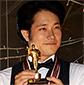 全国ウェイター選手権でチャンピオンに輝いた茶助(松山ケンイチ)。