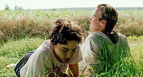 「君の名前で僕を呼んで」より、ティモシー・シャラメ演じるエリオ(左)、アーミー・ハマー演じるオリヴァー(右)。