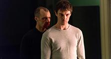 サム・キーリー演じるセナン(右)。
