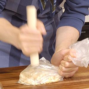 ナッツを砕く。