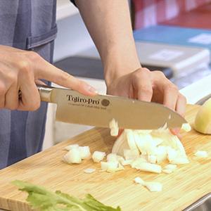 玉ねぎは1つずつ大きさを変えて切る。