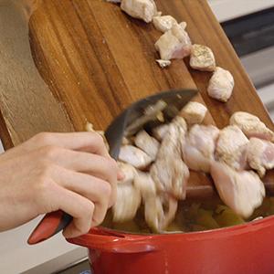 鍋に鶏むね肉を入れる。