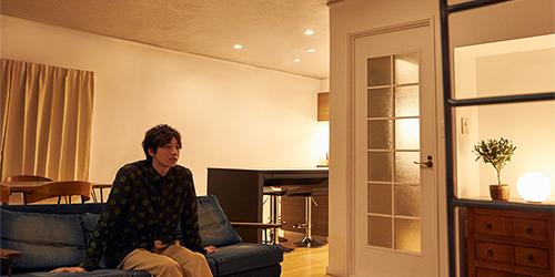 「AIR PANEL LED THE SOUND」から流れる音を聴きながら、映画を鑑賞する小関裕太。