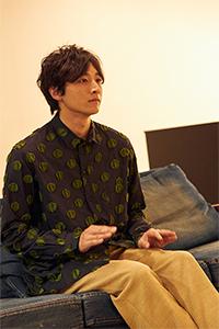 「セッション」の映像に合わせてリズムを取る小関裕太。