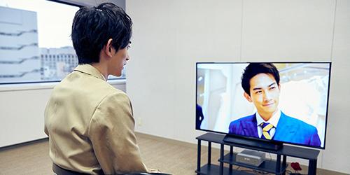 ドラマ「PRINCE OF LEGEND」を鑑賞する町田啓太。