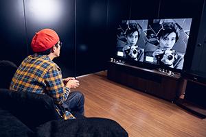 HDと4K UHDの比較映像を観る片桐仁。