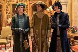 「ダウントン・アビー」より。左からローラ・カーマイケル演じる次女イーディス・クローリー、エリザベス・マクガヴァン演じる伯爵夫人コーラ・クローリー、ミシェル・ドッカリー演じる長女メアリー・クローリー。
