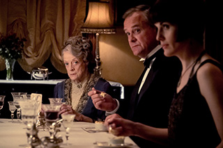 マギー・スミス演じる先代伯爵夫人バイオレット(左)。