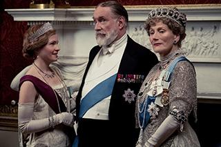 「ダウントン・アビー」より、左からケイト・フィリップス演じる王女メアリー、サイモン・ジョーンズ演じる国王ジョージ5世、ジェラルディン・ジェームズ演じる王妃メアリー。
