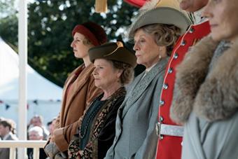 「ダウントン・アビー」より、マギー・スミス演じる先代伯爵夫人バイオレット(中央)。