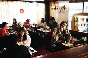 「素敵なダイナマイトスキャンダル」より、編集者のたまり場となっている喫茶店。