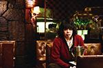 「素敵なダイナマイトスキャンダル」より、喫茶店で佇む近松(峯田和伸)。