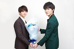 瀬戸利樹(左)に花束を渡す松本享恭(右)。