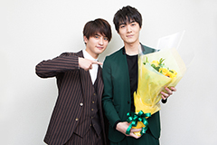 松本享恭(右)に花束を渡した瀬戸利樹(左)。