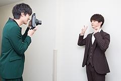 プレゼント用チェキを撮り合う松本享恭(左)と瀬戸利樹(右)。