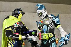 「仮面ライダーエグゼイド トリロジー アナザー・エンディング 仮面ライダーブレイブ&スナイプ」より。左から仮面ライダースナイプ、仮面ライダーブレイブ。