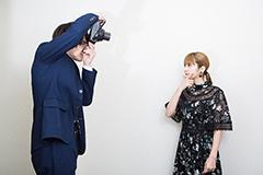 プレゼント用チェキを撮り合う甲斐翔真(左)と松田るか(右)。