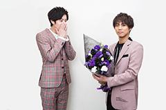 岩永徹也(左)に花束を渡す小野塚勇人(右)。