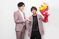 小野塚勇人(右)に花束を渡した岩永徹也(左)。
