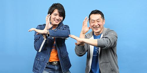 レッキングバースト発射ポーズを構える濱田龍臣(左)と坂本浩一(右)。