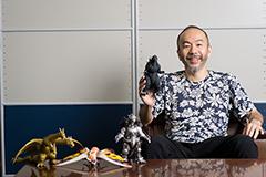 塚本晋也と東宝怪獣のフィギュア。TM&©TOHO CO., LTD.