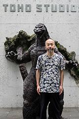 東宝スタジオのゴジラ像と塚本晋也。TM&©TOHO CO., LTD.