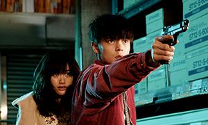 「初恋」より、ヤクザに身売りされた少女モニカ(小西桜子 / 左)とプロボクサーの葛城レオ(窪田正孝 / 右)。