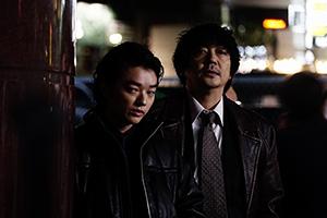 「初恋」より、ヤクザの加瀬(染谷将太 / 左)と悪徳刑事の大伴(大森南朋 / 右)。