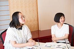 座談会の様子。左から梅原加奈、柴﨑里絵子。