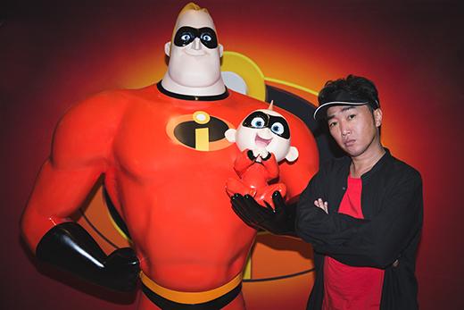 ジャック・ジャックを抱っこするボブ(左)と小沢一敬(右)。