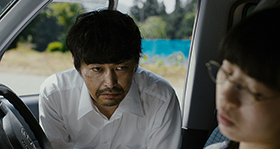 「愛しのアイリーン」より、安田顕演じる宍戸岩男(左)。