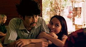 「愛しのアイリーン」より、安田顕演じる宍戸岩男(左)、ナッツ・シトイ演じるアイリーン(右)。