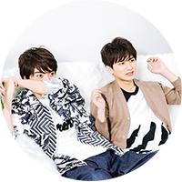 ショッキングなシーンをおそるおそる観る山本涼介(左)と瀬戸利樹(右)。