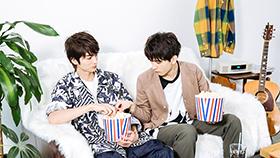 山本涼介(左)のポップコーンをつまみ食いする瀬戸利樹(右)。