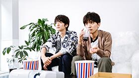 集中して映画を観る山本涼介(左)と瀬戸利樹(右)。