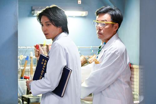 「時効警察・復活スペシャル」より、磯村勇斗演じる又来康知(左)。