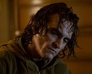 ホアキン・フェニックス演じるアーサー・フレック。