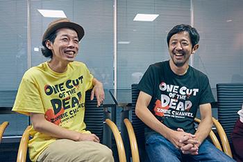 左から監督の上田慎一郎、冴えないディレクター・日暮隆之役の濱津隆之。