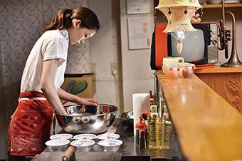 「キスできる餃子」より、足立梨花演じるシングルマザーの藤田陽子。