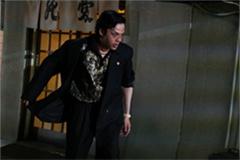 「孤狼の血」より、中村倫也演じる永川。