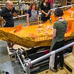 25万枚のカラーペーパーで彩られた木の葉の船。