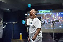 アフレコブースでスタッフとコミュニケーションを取る出川哲朗。